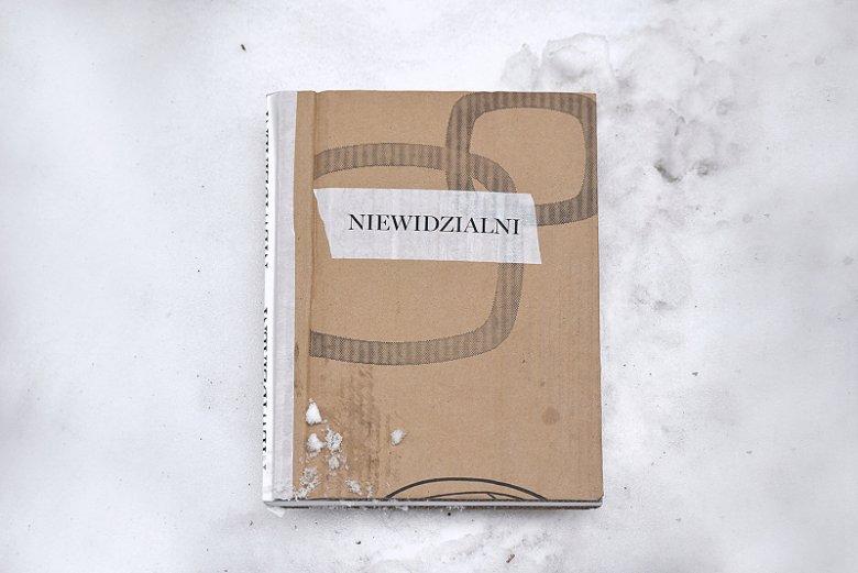 """""""Niewidzialni"""" - książka, której autorami są bezdomni. Ma pomóc zwrócić uwagę na to, że są wokół nas."""