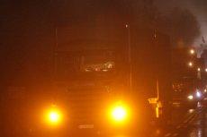 Było o włos od wypadku. Orkan Grzegorz zniszczył znaki drogowe i TIR wjechał na drewnianą kładkę. (zdjęcie poglądowe)