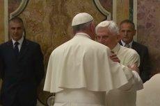 Papież emeryt Benedykt XVI miał upomnieć Franciszka w sprawie celibatu.