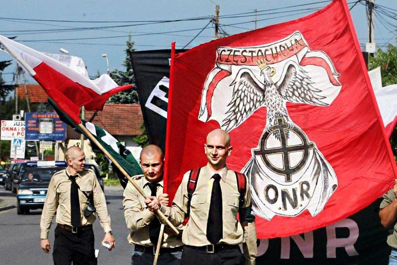 Przemarsz nacjonalistów z ONR ulicami jednego z polskich miast.