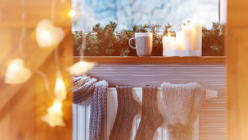 Hygge to klucz do szczęścia według Duńczyków. Wełniane skarpety, świece i gorąca kawa to podstawa hygge.