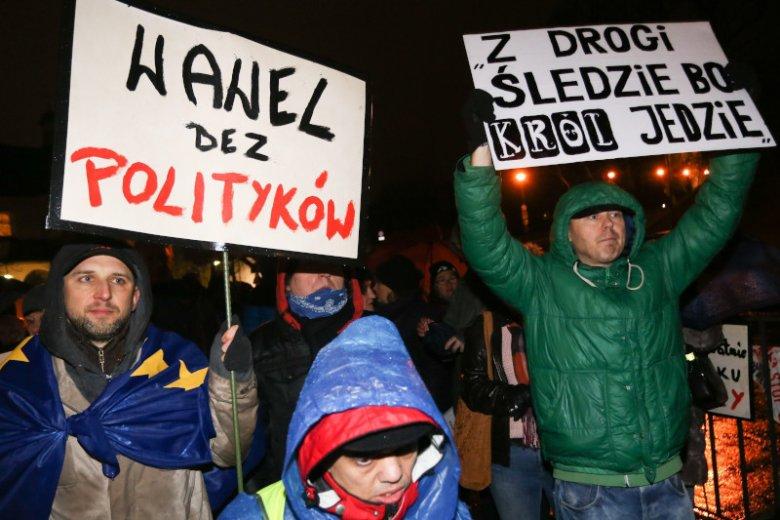 Mieszkańcy Krakowa protestowali przeciwko upolitycznieniu Wawelu.