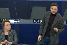 Krzykiem i wyrazistą mimiką europosłowie PiS reagowali na debatę w Parlamencie Europejskim o łamaniu praworządności w Polsce przez ich partię.