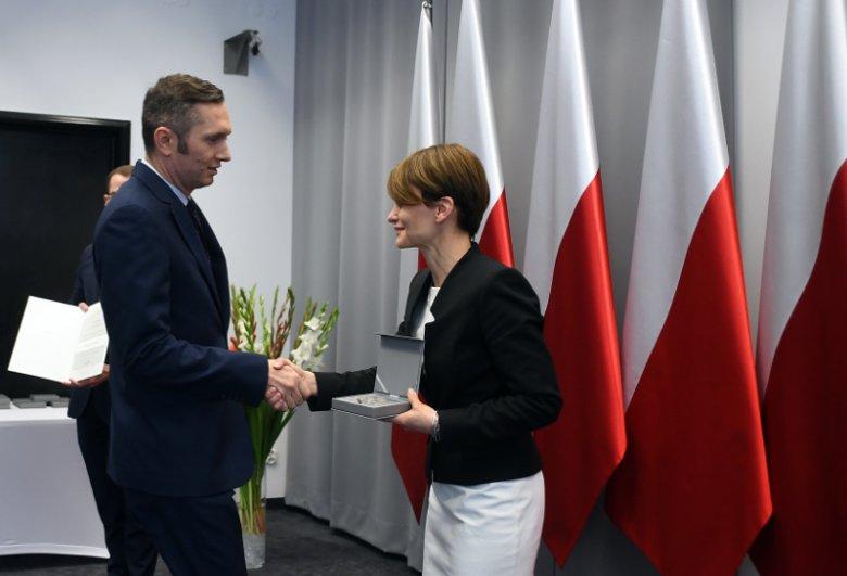 Prezes firmy OKNOPLAST Mikołaj Placek odbiera Medal 100-lecia Odzyskania Niepodległości z rąk minister Jadwigi Emilewicz.