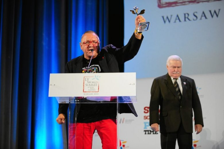 Owsiak prezentuje nagrodę od Laureatów Pokojowej Nagrody Nobla.