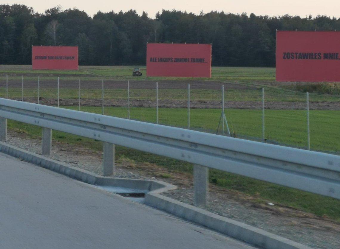 Takie billboardy stoją przy trasie S8.