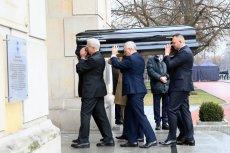 W piątek rano trumnę z ciałem Jana Olszewskiego przewieziono do kancelarii premiera.
