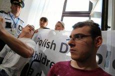 Kuba Hartwich podczas 37 dnia sejmowego protestu osób z niepełnosprawnością i ich opiekunów.