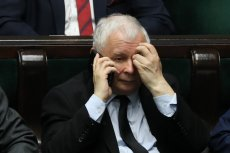 Jarosław Kaczyński w pewnym momencie pyta tłumaczkę o spodnie.