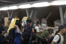 Uzbrojeni w łuki, kamienie i koktajle Mołotowa studenci  od niedzieli walczą na terenie kampusu z oddziałami policji.