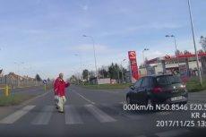 Na nagraniu pieszy kilka razy musi zatrzymywaćsięna środku jezdni, ponieważ kierowcy łamiąprzepisy.