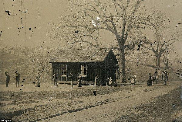 1878, Nowy Meksyk, legenda Dzikiego Zachodu Billy The Kid (czwarty z lewej) gra w krokieta z członkami swojej bandy rewolwerowców.