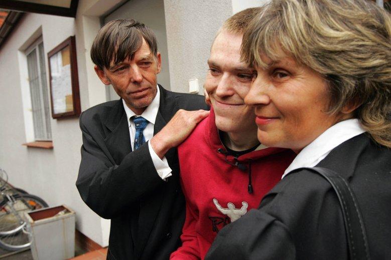 Zdjęcie z 2006 r., Starogard Gdański, Tomasz Kułaczewski (w środku) po wyjściu na wolność po 4 latach niesłusznego pobytu w więzieniu za zabójstwo, którego nie dokonał.