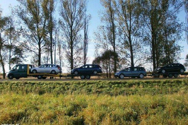 Policjanci nałożyli na dwóch mężczyzn łącznie mandat w wysokości 1150 zł za holowanie pojazdów wbrew przepisom prawa.