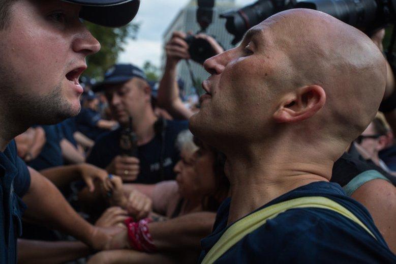 W piątek doszło do przepychanek słownych i nie tylko pod Sejmem. Jeden z policjantów czuje się zagrożony, bo poseł Szczerba wyjawił jego nazwisko. Funkcjonariusz miał szczególnie brutalnie potraktować jednego z demonstrantów.