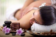 Aromaterapia to jedna z najszybciej rozwijających się metod medycyny naturalnej. Jako jedna z alternatywnych form terapii wykorzystuje lecznicze działanie olejków eterycznych wnikających do ciała człowieka przez drogi oddechowe lub skórę