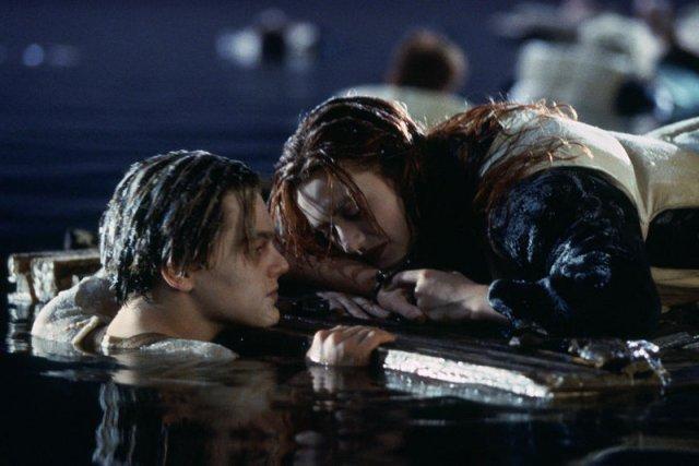 """""""Titanic"""" zdobył 11 Oscarów, w tym statuetkę dla najlepszego filmu, najlepszego reżysera i oczywiście najlepszej piosenki, """"My Heart Will Go On"""" w wykonaniu Céline Dion."""