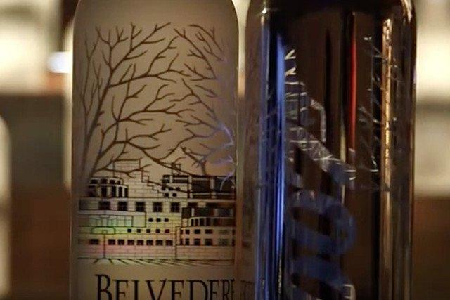 Licząc na efekt Bonda w Żyrardowie wyprodukowali już tysiące takich butelek