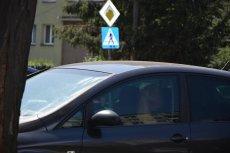 Danuta Bartkowiak  usłyszała groźby po tym, jak zrobiła to zdjęcie przed Głogowską prokuraturą.