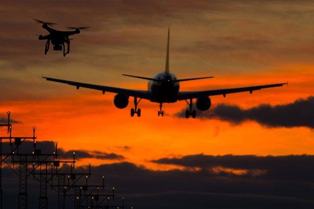 """""""Rywalizacja"""" o przestrzeń między bezzałogowymi dronami a samolotami z ludźmi na pokładzie kończy sięniekiedy niebezpiecznymi incydentami. Polska firma Dron House chce im zapobiegać"""
