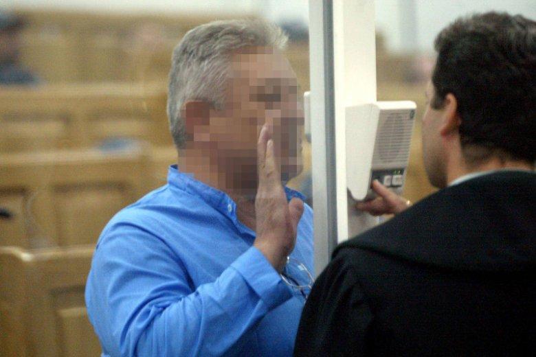 """Zdaniem dziennikarzy tygodnika """"Newsweek"""", na reprywatyzacji w Warszawie fortuny robili ludzie związani z mafią. Na zdjęciu –Mirosław D. pseudonim Malizna, jeden z bohaterów reportażu na ten temat, podczas procesu mafii pruszkowskiej w 2002 r."""