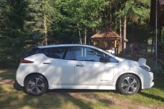 Nissan Leaf – to auto większość czasu spędza podpięte do gniazdka. Ale jak już ruszy z miejsca, to frajdy daje dużo.