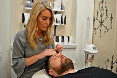 Mężczyźni w salonach kosmetycznych pojawiają się coraz częściej. Męska depilacja brwi nikogo już nie szokuje