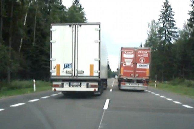 """Wyprzedzające """"na trzeciego"""" TIR-y nie należą do rzadkości na polskich drogach"""