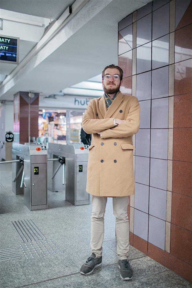 """Grzesiek: """"Gdyby chodziło o samą drogę do pracy może i wybierałbym komunikację miejską, ale powrót z siatami zakupów, rzeczami z pralni to zimą za duża niedogodność. Mimo wszystko latem staram się wybierać metro"""""""
