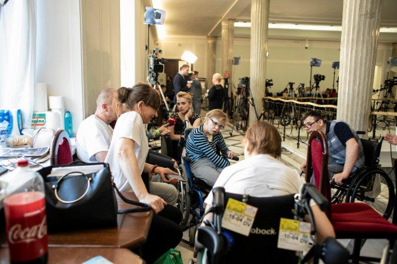 Protestujących w Sejmie rodziców osób niepełnosprawnych we wtorek odwiedził Rzecznik Praw Obywatelskich.