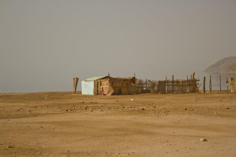 Inna chatka na plaży w pobliżu hotelu w Dahab.