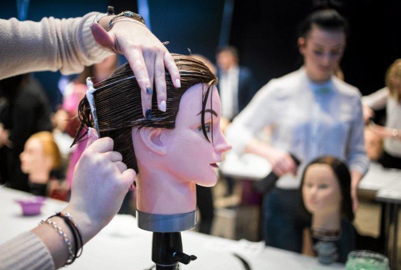 Fryzjer, kosmetyczka, mechanik - to dziś bardzo popularne zawody