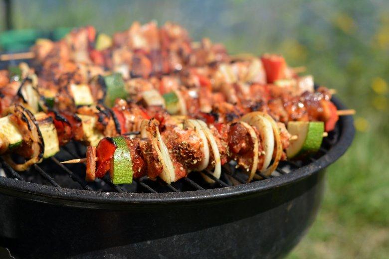 Polędwiczki wieprzowe są za suche na grilla, ale w formie szaszłyków – przełożone boczkiem, słoniną i warzywami – sprawdzą się idealnie.