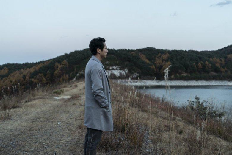 """Steven Yeun w filmie """"Płomienie"""". Amerykański aktor koreańskiego pochodzenia ma spore szanse na Oscara"""