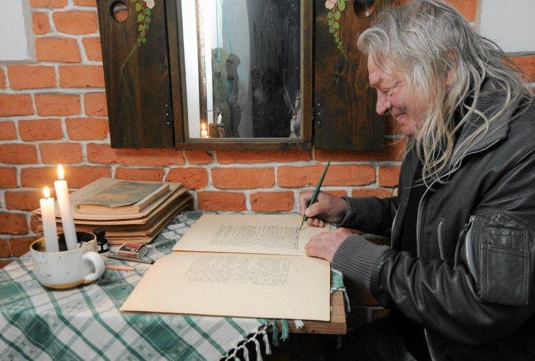 Pan Tadeusz Modrzejewski w trakcie tworzenia rękopisu