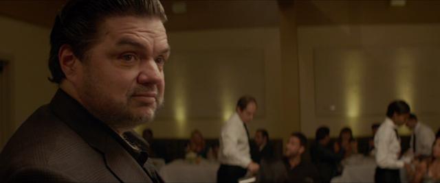 Olivier Platt w roli krytyka kulinarnego Ramseya Michela w filmie Chef z 2014 roku.