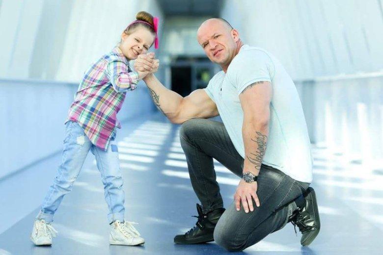 Tomasz miał skomplikowane początki. Dzisiaj zdecydował się o tym opowiedzieć. Na zdjęciu z córką.