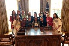 """Przy biurku prezydenta USA można i siedzieć i stać... i nie trzeba być głową innego państwa, żeby doświadczyć tego """"zaszczytu""""."""