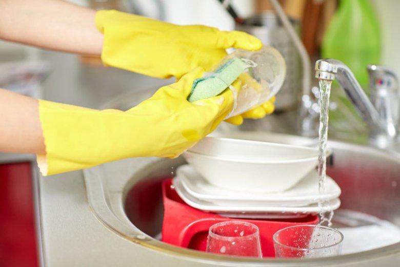 Gąbki do zmywania naczyń to doskonałe miejsce dla rozwoju bakterii.