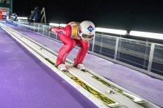 Kamil Stoch nie poradził sobie na skoczni w Wiśle. W sobotę z kolegami wygrał zawody drużynowe, w niedzielę zajął czwarte miejsce w konkursie indywidualnym.