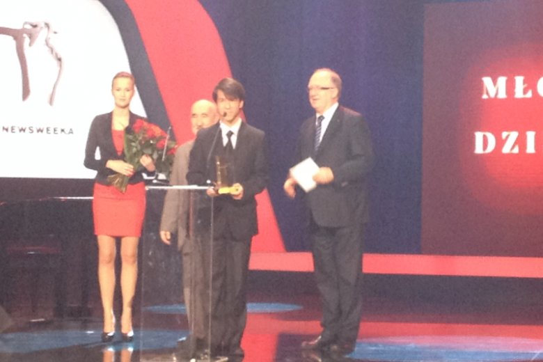 Nagroda dla Bartłomieja Pogranicznego za najlepszy debiut. Wręczali: Stefan Bratkowski i prezes KGHM Herbert Wirth