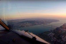 To widok z kabiny pilotów nad Lizboną. Udało im się uchwycić wschód słońca.