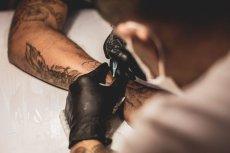 Tatuaż może goić się nawet przez miesiąc albo i dłużej.