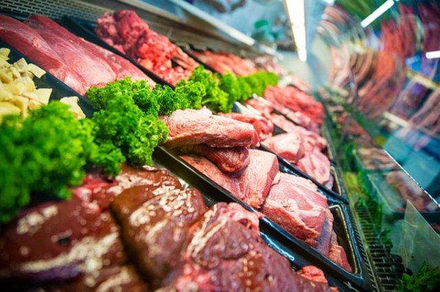 Biznesmen-wegetarianin nie chce dłużej mięsa w swoich sklepach