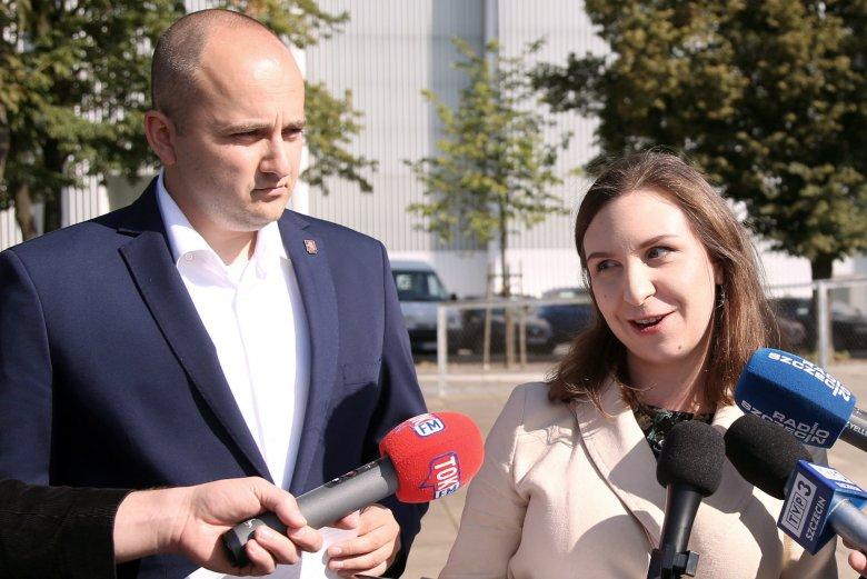 """Dariusz Matecki i Małgorzata Rudzka chcą zdezynfekować Plac Solidarności w Szczecinie. Miał po nim przejść Marsz Równości, jednak w ostatniej chwili ktoś inny """"zarezerwował"""" plac."""