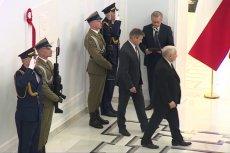 Jarosław Kaczyński odsłonił dziś tablicę poświęconą pamięci swojego brata. Ceremonia trwała dosłownie chwilę.