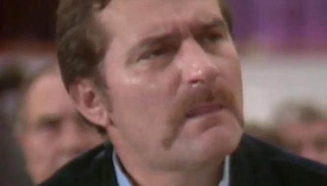 """Fragment teledysku Michaela Jacksona pt """"Man In The Mirror"""", który przedstawia Lecha Wałęsę"""