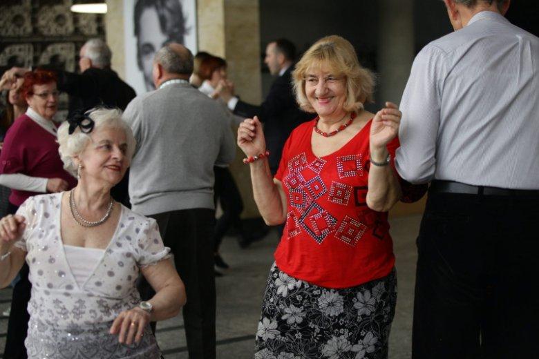 Ela (w czerwonej bluzce) w tańcu. Dancing Midzypokoleniowy w Opolu.