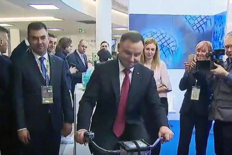 Andrzej Duda ukręcił owocowy koktajl pedałując na rowerze.