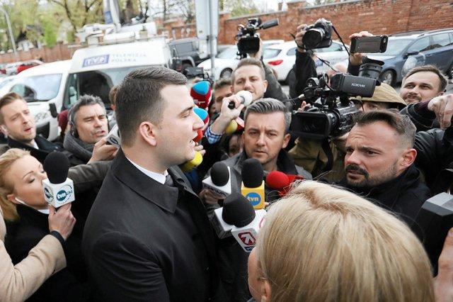 Bartłomiej Misiewicz nie tracił pewności siebie przed wejściem na obrady partyjnej komisji, którą w PiS powołano w sprawie jego zaskakującej kariery.